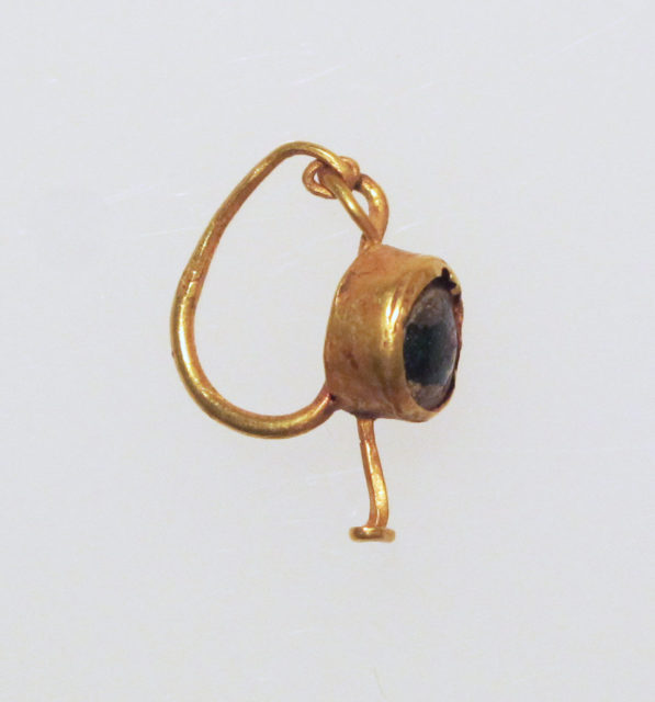 Earring with glass setting