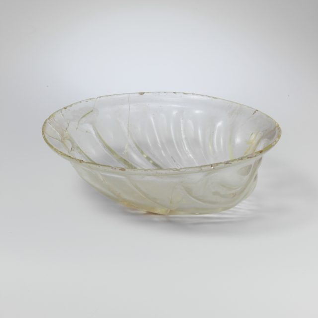 Glass bowl in the form of a shell