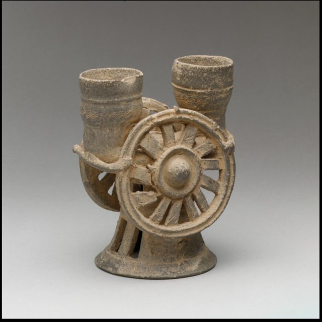 Chariot wheel–shaped cup