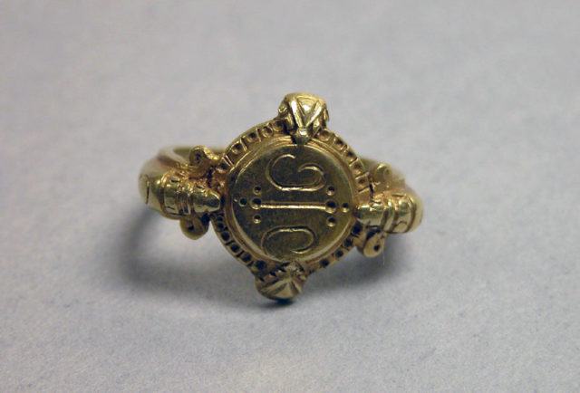 Stirrup-shaped Ring with Circular Bezel