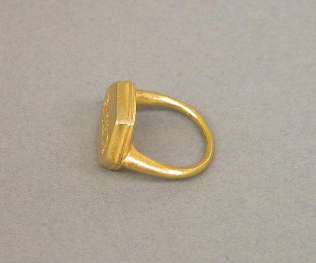 "Ring with Plain Hexagonal Bezel and ""Java Kuno"""