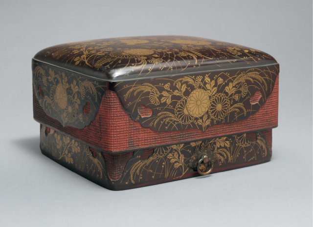 Box for Accessories (Sumiaka-tebako) with Chrysanthemums and Autumn Grasses