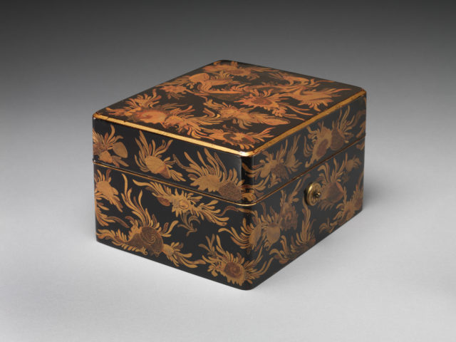 Box for Personal Accessories (Tebako) with Shells and Seaweed Design