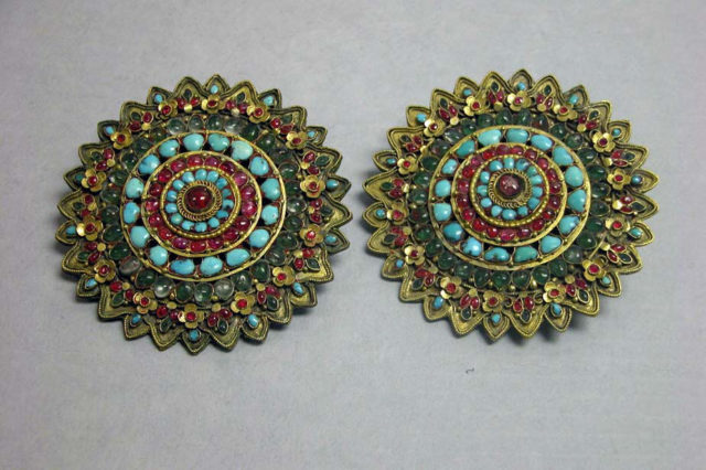 Golden earring with stone work