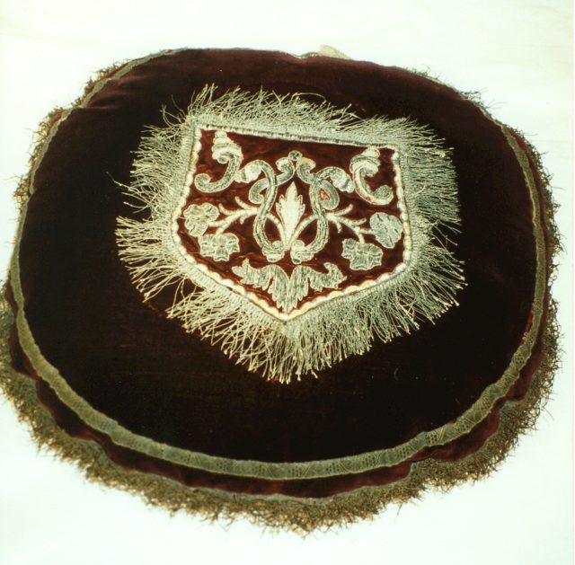 Pocket (sewn onto center of round cushion)