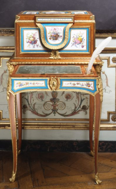 Jewel coffer on stand (petit coffre à bijoux)