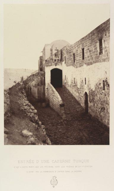 Entrée d'une caserne turque. C'est a cette porte que les pèlerins font les prières de la 1e Station. N'ayant pas la permission d'entrer dans la caserne