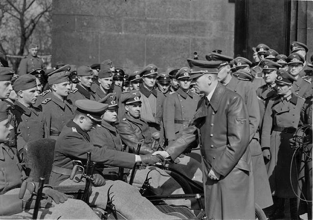 Hitler hilser på sårede