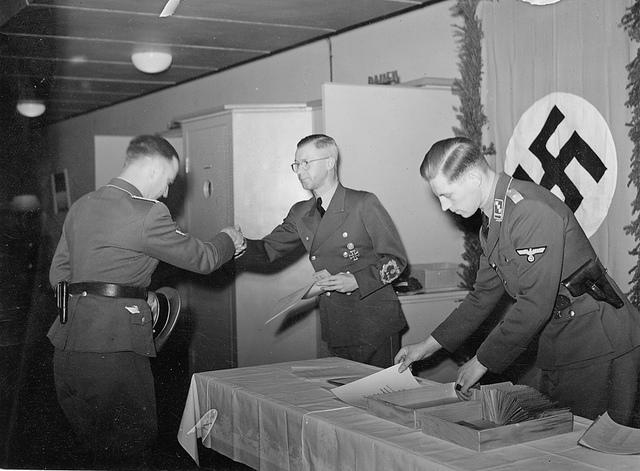 Reichskommissar Terboven utdeler medaljer