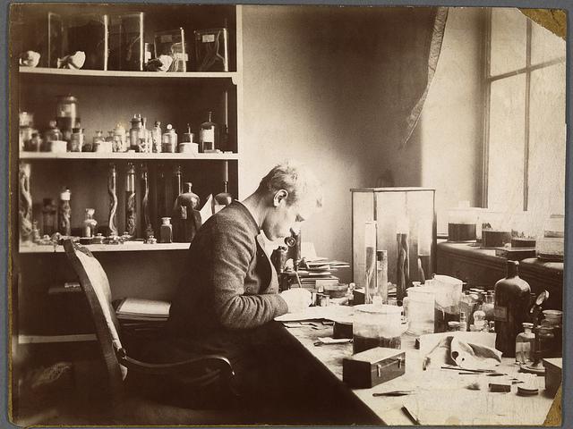 Fridtjof Nansen ved mikroskopet på Bergens Museum mens han forsket i nerveanatomi i studietiden, 1882-1888