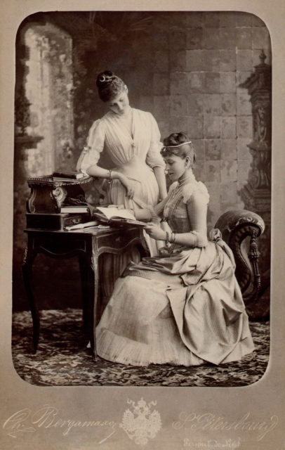 Princess Alix of Hesse and Grand Duchess Elizaveta Feodorovna 1889 .
