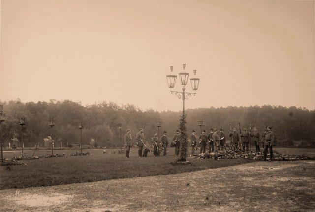 A group of huntsmen near deer, killed during the hunt. 1894.