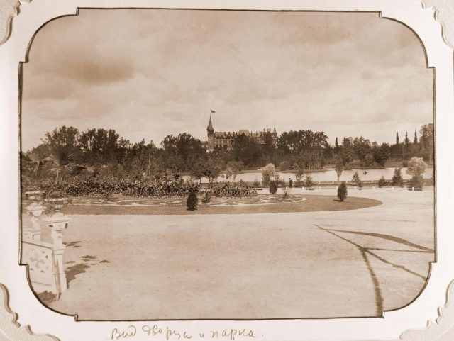 """View of the square in front of the railway station """"Belovezh""""; in the background - Belovezhsky Palace"""