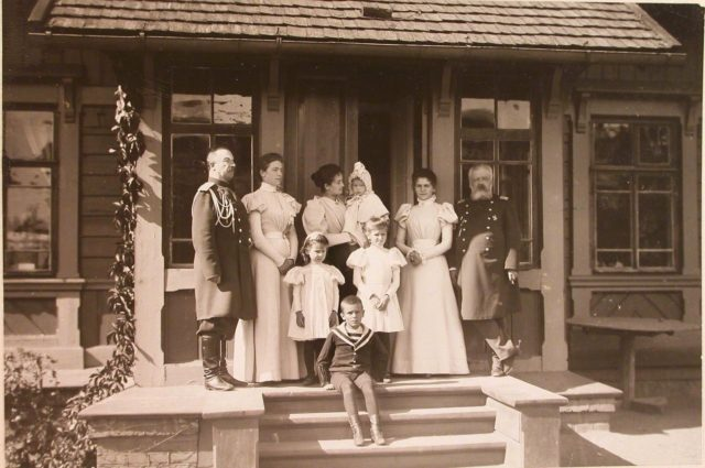 Commandant of the Belovezhsky Palace and his family. Belovezh Palace.