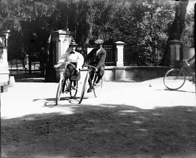 Mlle Babion et son professeur, Luchon, laiterie, 5 septembre 1895. Série A. Hanau n° 16