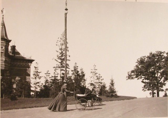Nurses of the Grand Duchesses Tatiana Nikolaevna and Olga Nikolaevna near the Belovezhsky Palace.