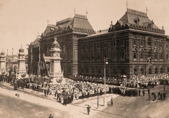 Nicholas II and Alexandra Feodorovna visit Moscow City Council.