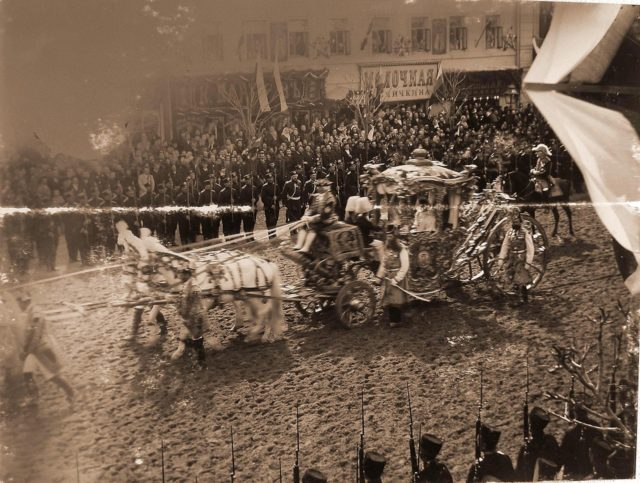 The coronation carriage of the Empress Dowager Maria Feodorovna on entrance to Moscow