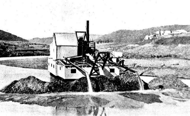 Gold dredge - Turon No. 1 (end view) on Turon River c.1900 (Sydney Mail Sat 16 Jun 1900, P.1403)