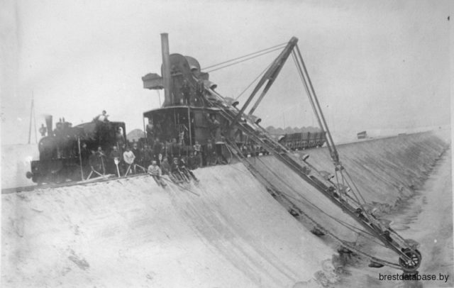 Building fortifications in Brest-Litovsk, WWI, digging tranches