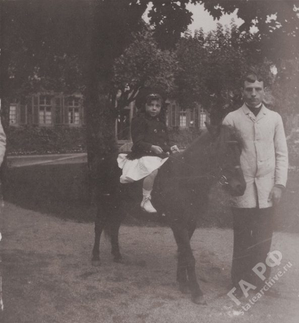 The family of the Russian Emperor Nicholas II visited his relatives in Germany. Castle Wolfsgarten. 1899-1900