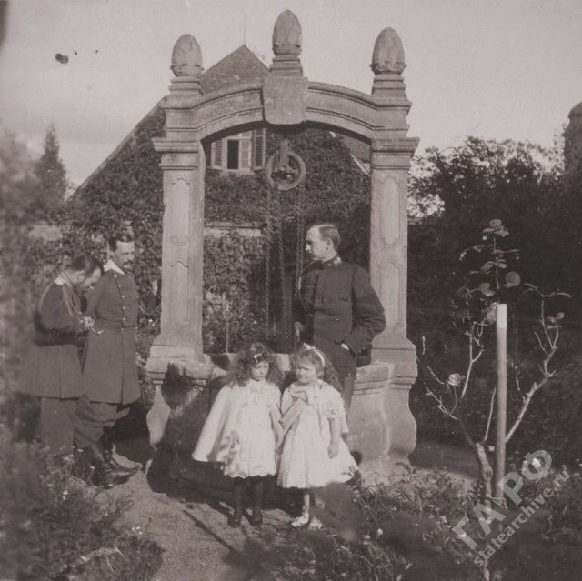 The family of the Russian Emperor Nicholas II visited his relatives in Germany. Castle Wolfsgarten, in the courtyard at the well. 1899-1900