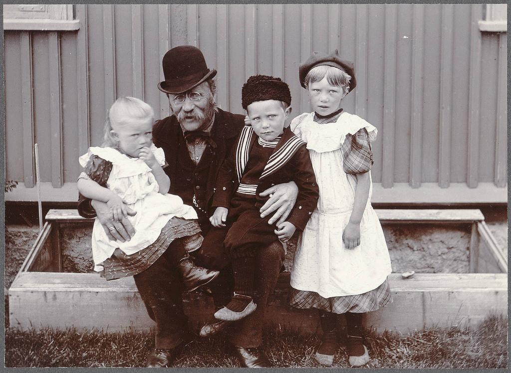 Þórður Guðjohnsen, Húsavík, with his children.