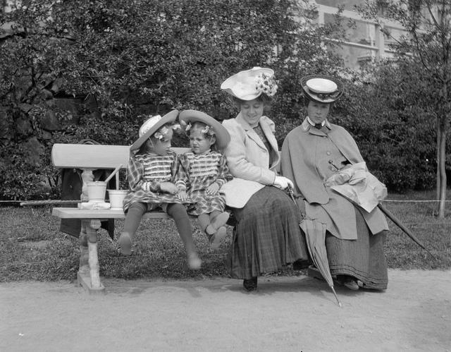 Women in Helsinki, 1906