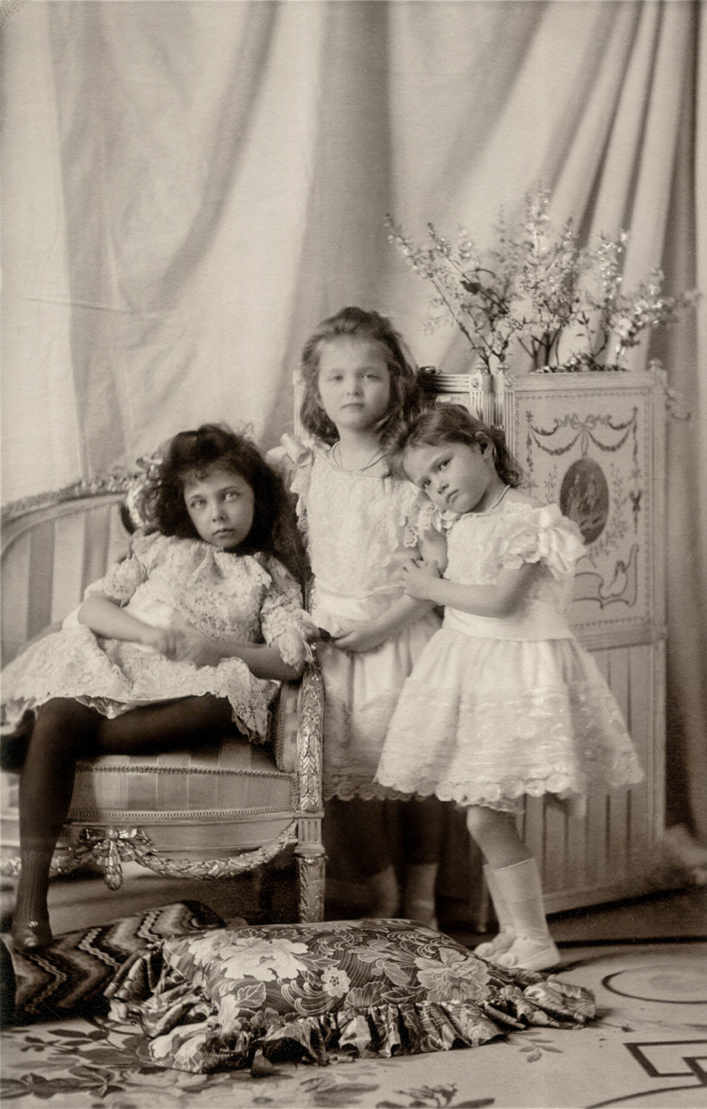 Grand Duchesses Olga and Tatiana with their cousin Princess Elisabeth of Hesse and by Rhine (1895–1903)  1901 .