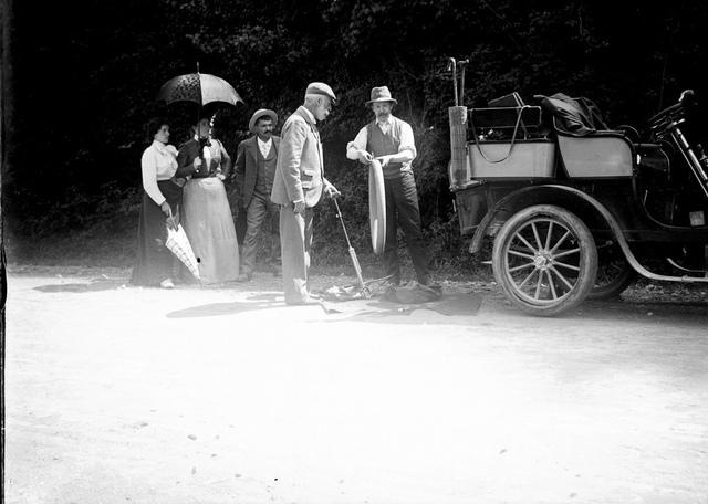 Le pneu crevé : auto Béraldi [à Cierp-Gaud], 2 septembre 1901