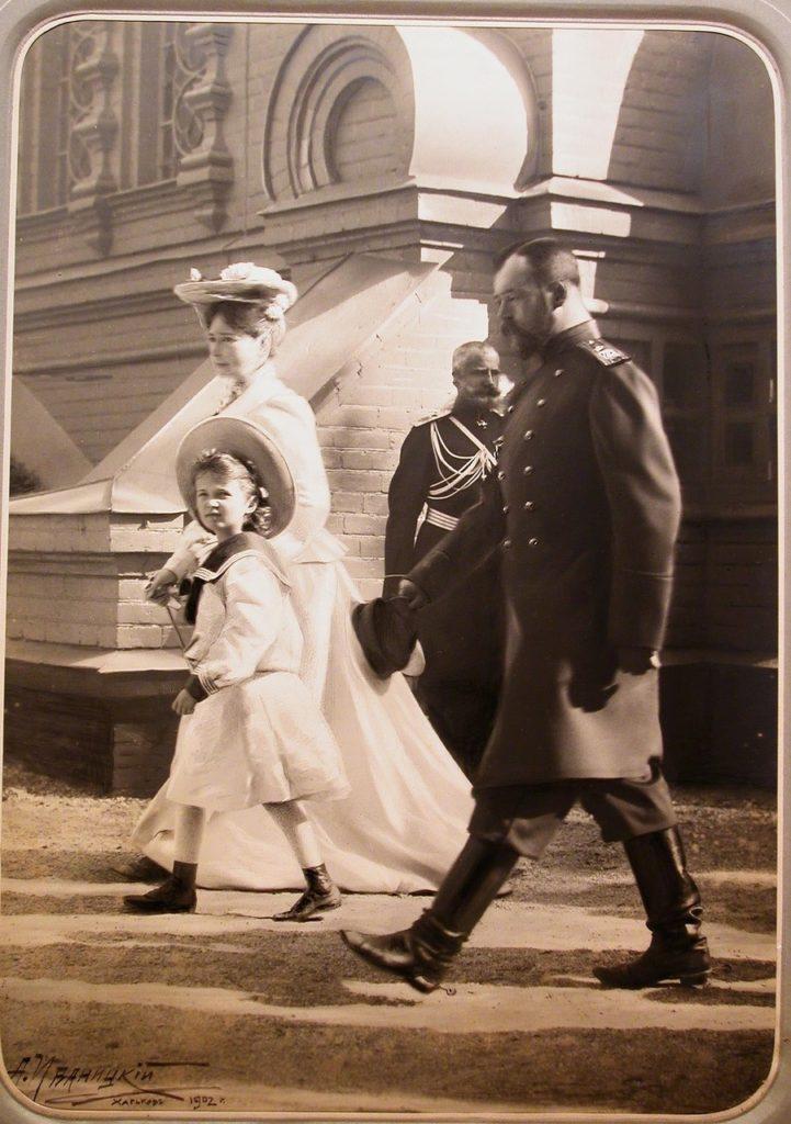 Nicholas II, Alexandra Feodorovna and Olga Nikolaevna leave monastery Spasov Skyt.