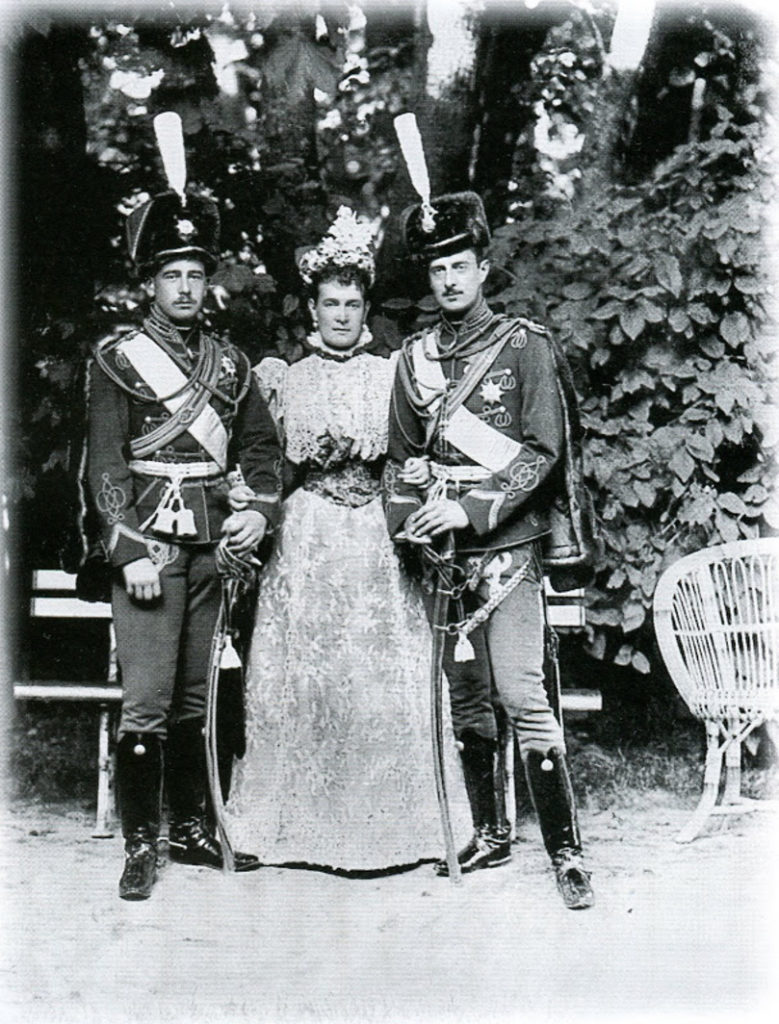 Panar-Levassor. The third on the left is the Grand Duchess Olga Alexandrovna, the 4th - Grand Duke Boris Vladimirovich.