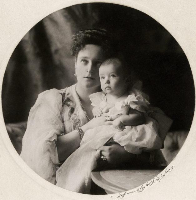 Empress Alexandra Feodorovna with Tsesarevich Alexei. 1904.