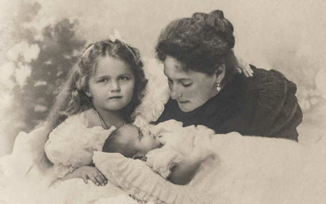 Alexandra Feodorovna Romanova, daughters Olga and Maria,