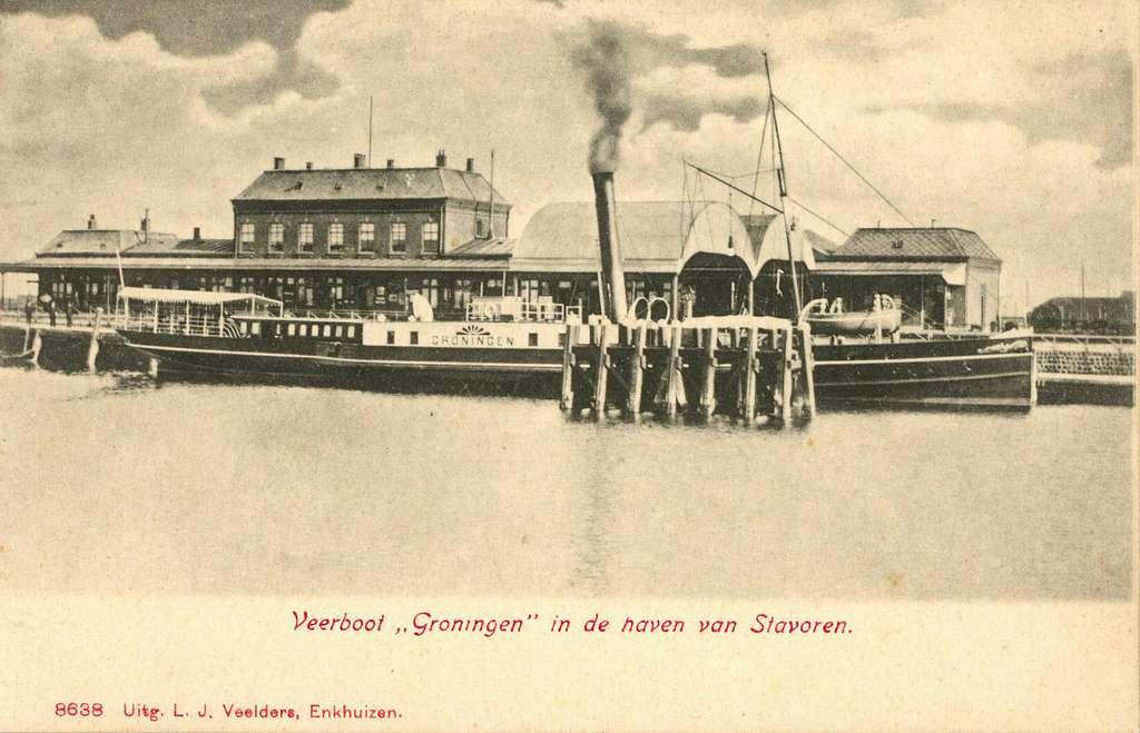 """HUA-162041-Afbeelding van het stoomschip """"Groningen"""" voor de bootdienst Enkhuizen-Stavoren in de haven van Stavoren. Op de achtergrond het H.S.M.-station Stavoren"""