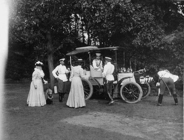 Panar-Levassor. The third on the left is the Grand Duchess Olga Alexandrovna, the 4th - Grand Duke Boris Vladimirovich.