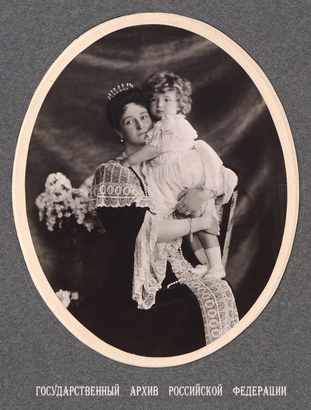 Empress Alexandra Feodorovna with Tsesarevich Alexei . 1906 .