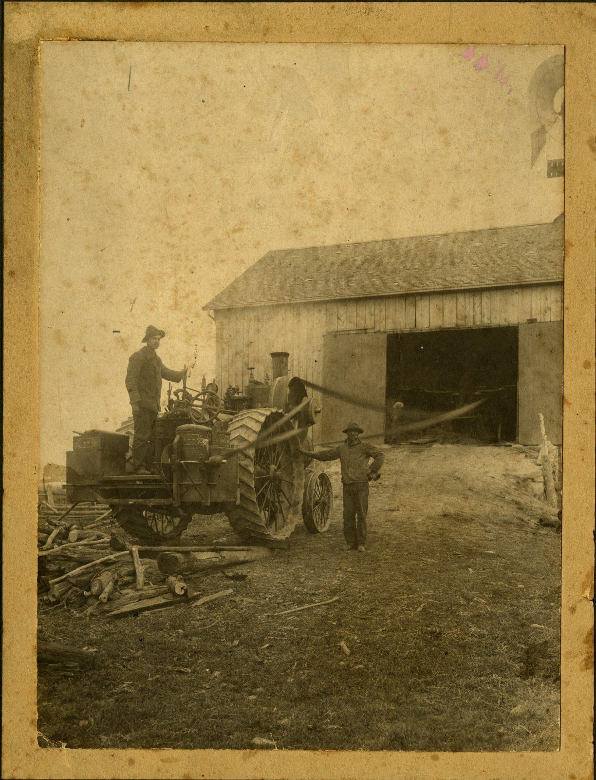 Мужчины с паровым трамваем, около 1900 г.