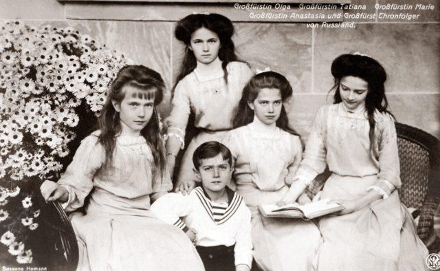 Grand Duchesses Olga,Tatiana, Maria,Anastasia with Tsesarevich Alexei. 1910