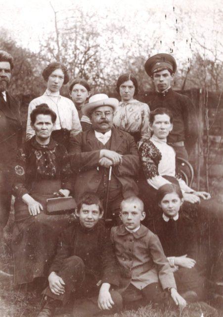 Murom, Family portrait Tagunov in the garden. 1910's.