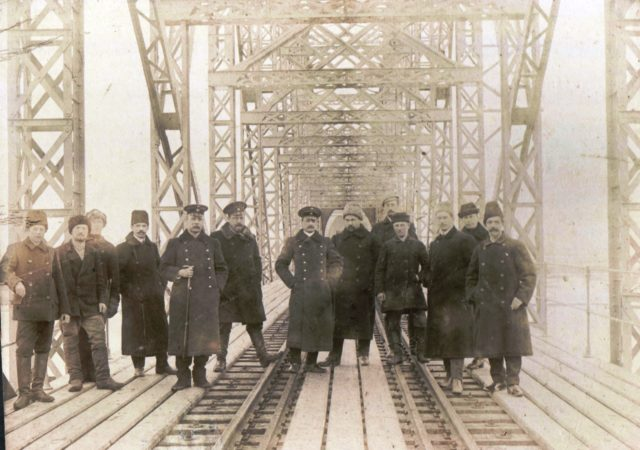 Murom, The builders of the railway bridge across the Oka. 1910