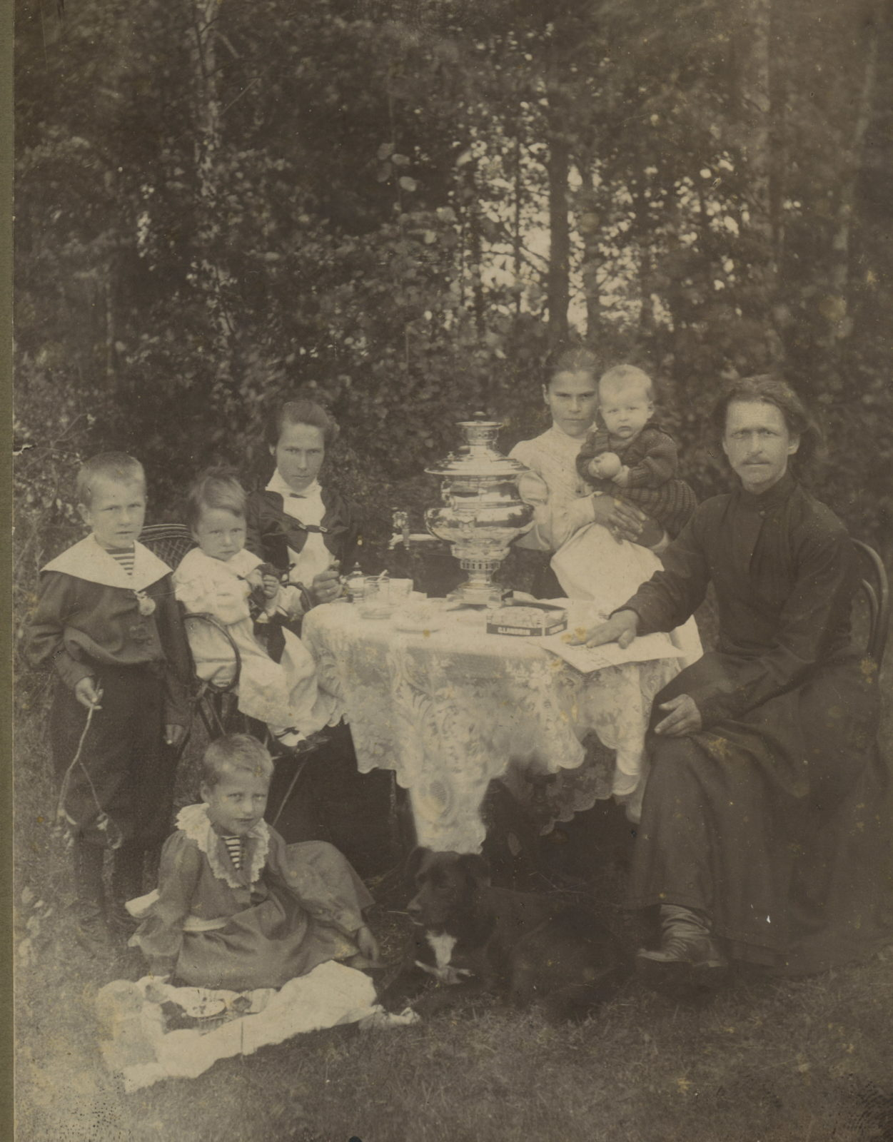 Murom, The priest's family is drinking tea. Murom, 1900 - 1910