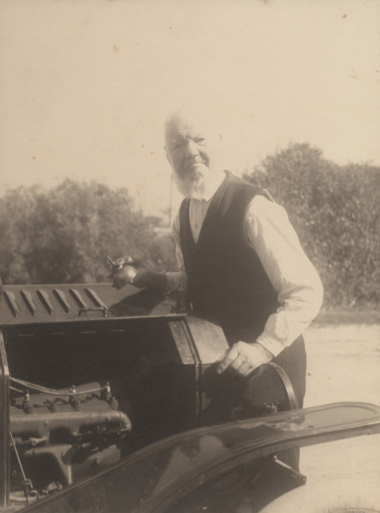 Oiling motor vehicle, date unknown