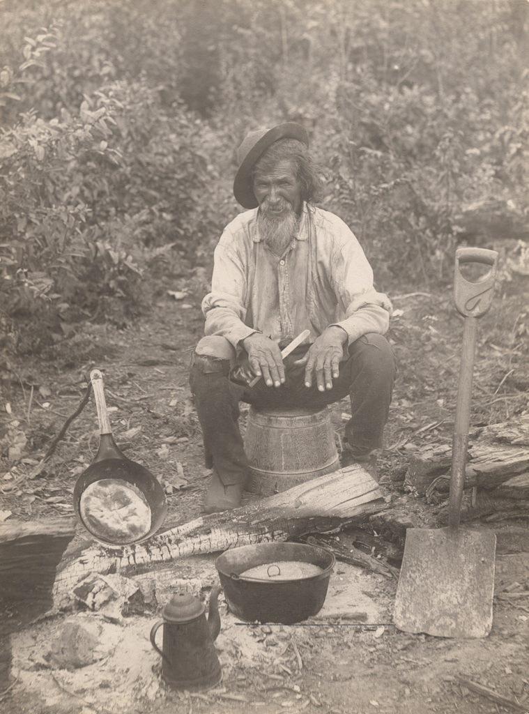 Старик готовит на улице, 1910 год
