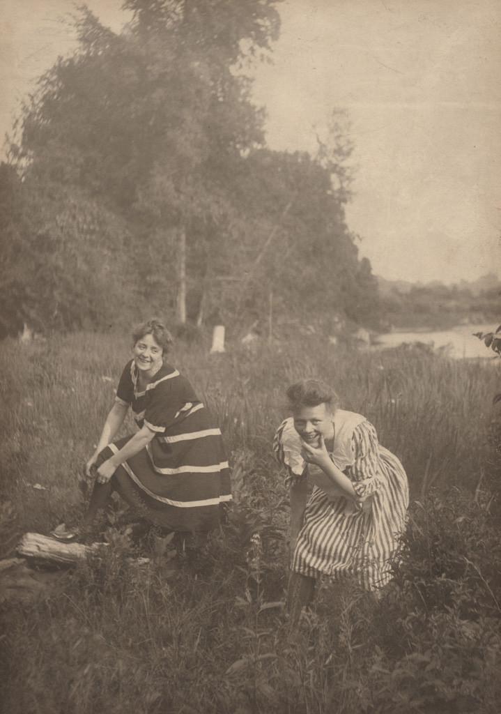 Две женщины в купальных костюмах, дата неизвестна