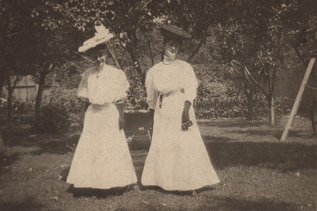 Две женщины в саду, дата неизвестна