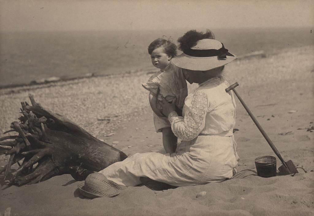 Женщина с ребенком на пляже, дата неизвестна