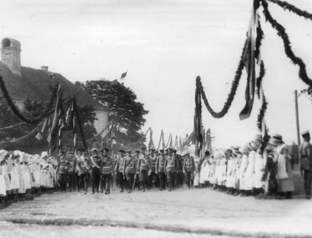 Emperors Nicholas II, Wilhelm II, Prince Albert and a group of officers are sent to the parade of troops.