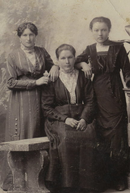 Murom, Portrait of three young women. 1908 - 1912