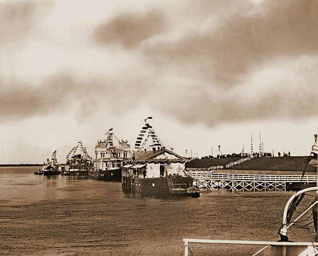 """The royal steamer """"Mezhen"""" and the ships accompanying him at the pier of the Ipatiev Monastery."""